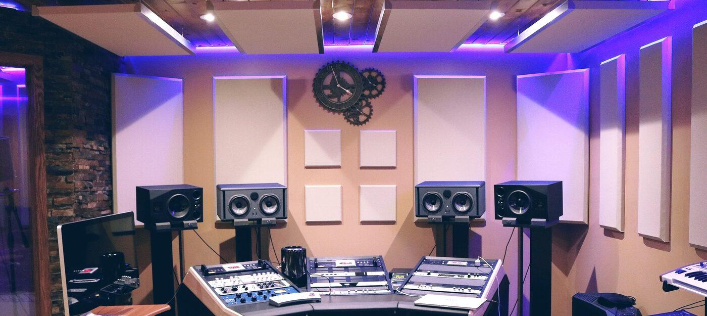 erilaisilla akustiikkaratkaisuilla akustoitu studio