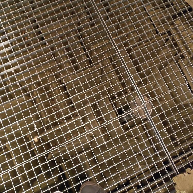 metallinen lattiaritilä