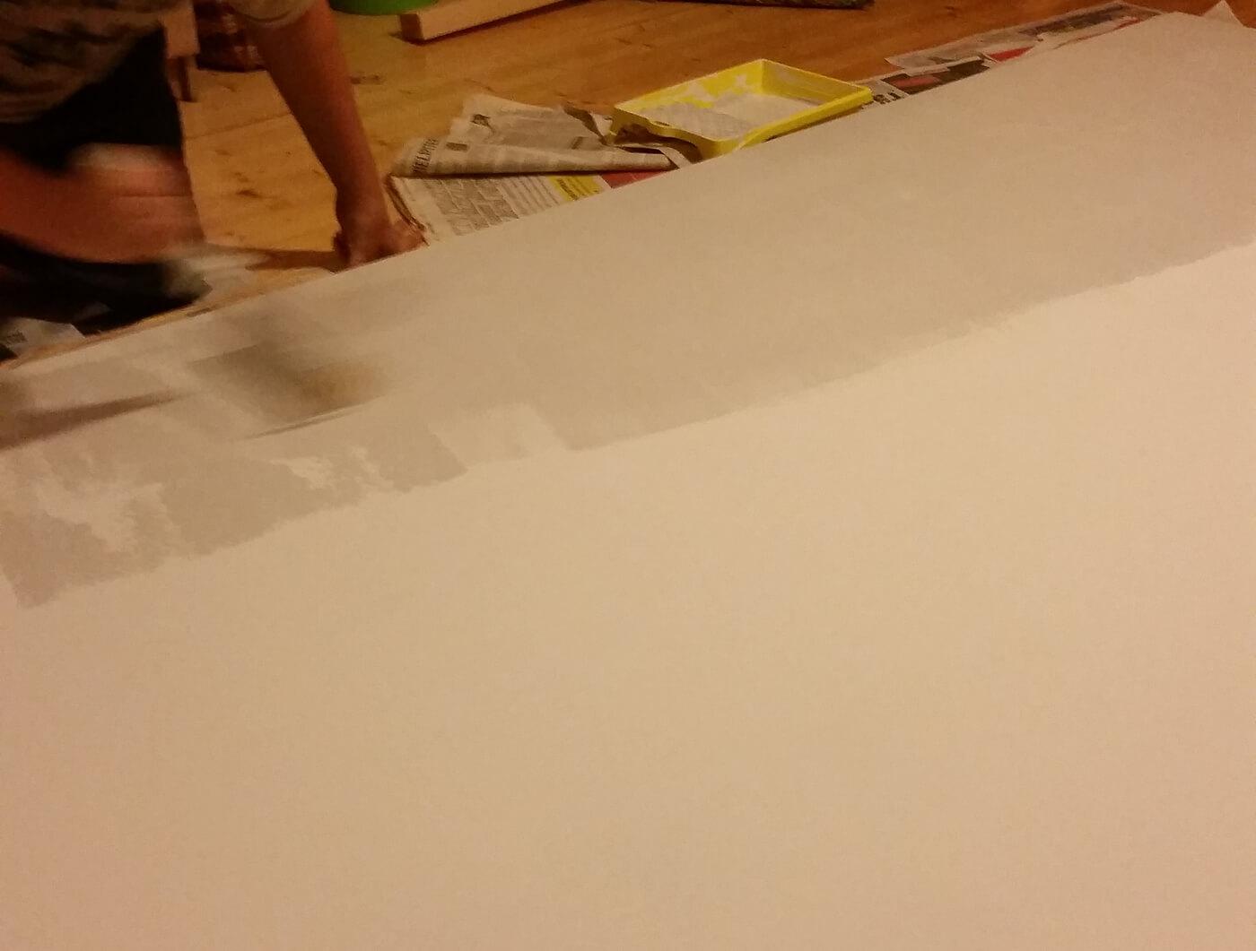 valkokangasta maalataan telalla